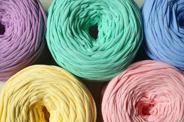 trapillo de varios colores preparado en bobinas para la venta