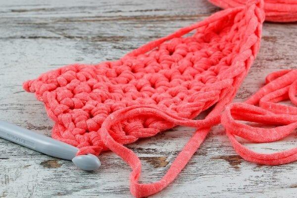 tejido rectangular en naranja elaborado a crochet y trapillo